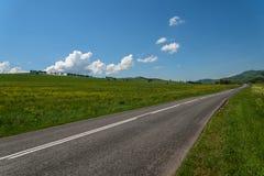 Асфальт гор лугов дороги Стоковое Фото