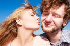 датировка влюбленность пар целуя стоковое изображение