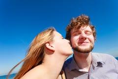датировка влюбленность пар целуя стоковые фото