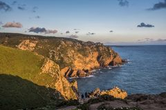 Атлантика побережье к югу от Cabo da Roca на заходе солнца стоковое изображение rf