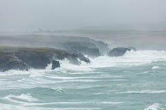 Атлантика шторм, залив Константина, Корнуолл стоковое изображение