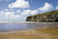 Атлантик развевает на пляже и скалах Ballybunion Стоковые Фото