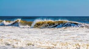 Атлантическая волна ломает мощно на берег стоковые изображения rf