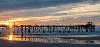 Атлантическая пристань пляжа на побережье Северной Каролины на заходе солнца стоковые фотографии rf