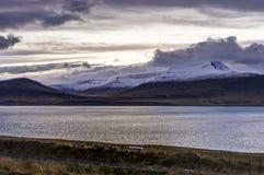 Атлантический океан с снегом покрыл горы и исландский Landscap Стоковая Фотография RF