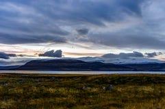 Атлантический океан с снегом покрыл горы и исландский Landscap Стоковая Фотография