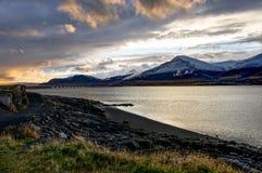 Атлантический океан с снегом покрыл горы и исландский Landscap Стоковое Фото
