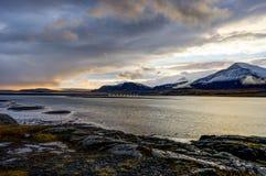 Атлантический океан с снегом покрыл горы и исландский Landscap Стоковые Фото