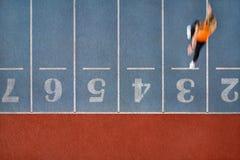 Атлетическая белокурая женщина бежать на красочном стадионе стоковые изображения