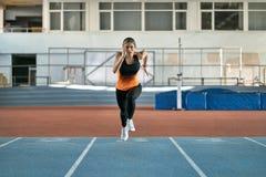 Атлетическая белокурая тренировка женщины на крытом стадионе стоковые фотографии rf