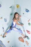 атлетическая взбираясь девушка стоковые изображения rf