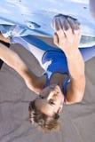 атлетическая взбираясь девушка Стоковая Фотография
