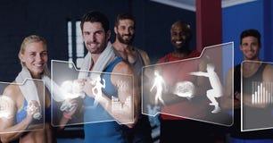Атлетическая группа людей пригонки в спортзале с интерфейсом здоровья стоковые фотографии rf