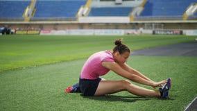 Атлетическая девушка делая тренировки на стадионе акции видеоматериалы