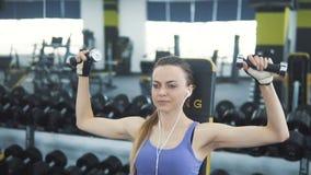 Атлетическая девушка разрабатывает оружия акции видеоматериалы