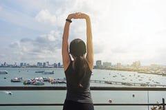 Атлетическая женщина нагревая перед разминкой Стоковая Фотография