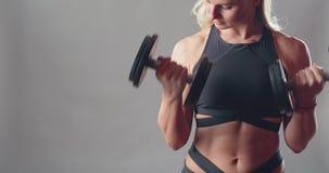 Атлетическая красивая девушка сток-видео