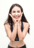 Атлетическая молодая азиатская женщина усмехаясь при ее руки держа ее сторону Стоковые Фотографии RF
