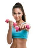 Атлетическая молодая женщина разрабатывает с гантелями Стоковая Фотография
