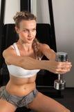 Атлетическая молодая женщина с гантелью стоковые фотографии rf