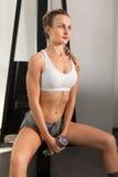 Атлетическая молодая женщина с гантелью стоковое изображение