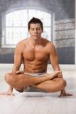 атлетическая позиция человека лотоса стоковая фотография