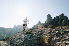 Атлетические бега сильного человека отстают ультра марафон Стоковые Фотографии RF