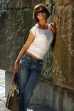 атлетические детеныши женщины рубашки джинсыов Стоковое Фото