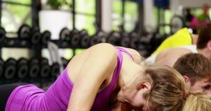 Атлетические люди и женщины делая pushups акции видеоматериалы