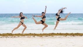 Атлетические танцы девушки на пляже Стоковые Изображения RF