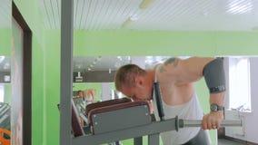 Атлетический делать молодого человека подбородк-поднимает на спортзале акции видеоматериалы