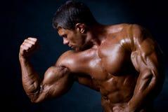 атлетический человек сильный стоковое изображение rf