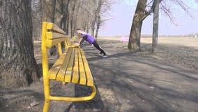 Атлетический человек с бородой и спорт игры тренера девушки в парке на природе делать тренировки нажим-поднимает от сток-видео