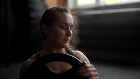 Атлетический abs поездов конца-вверх женщины, делая переплетать в замедленном движении в спортзале видеоматериал