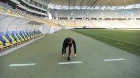 Атлетический Jogger на стадионе видеоматериал