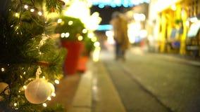 Атмосфера в городе, красиво украшенная ель рождества около ресторана видеоматериал
