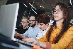 Атмосфера деятельности в современной coworking комнате Экипаж молодого mal стоковое фото rf