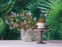 Атмосфера лета с малыми цветками и десертом mer Стоковые Изображения