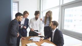 Атмосфера деятельности в офисе Группа в составе бизнесмены обсуждая вопросы дела стоковые изображения