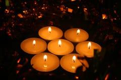 Атмосфера рождества Свечи и сияющие гирлянды в выравниваясь свете стоковое изображение rf
