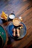 Атмосфера старого кафа Игрок с диском, стекло темного пива, хлеб чеснока и фраи Быстро-приготовленное питание Стоковая Фотография RF