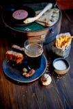 Атмосфера старого кафа Игрок с диском, стекло темного пива, хлеб чеснока и фраи Быстро-приготовленное питание Стоковое Фото