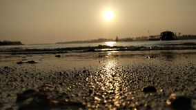атмосфера сумерек на лагуне с видом на море на заходе солнца настолько красива с золотыми цветами стоковая фотография rf