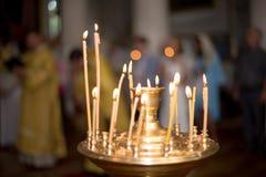 Атмосфера церков, свечей и желтых светов bokeh Стоковые Изображения