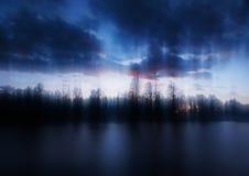 Атмосферические световые эффекты во время предпосылки захода солнца реки стоковые фотографии rf