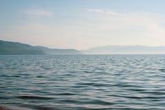 Атмосферический ландшафт лета с волнистой водой стоковая фотография rf