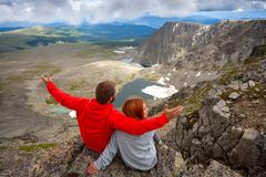 Атмосферический момент для любовников в горах стоковые фото