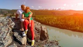 Атмосферический момент для любовников в горах стоковая фотография