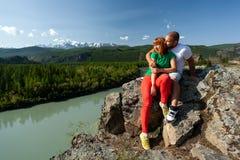 Атмосферический момент для любовников в горах стоковая фотография rf
