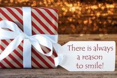 Атмосферический подарок рождества с ярлыком, всегда причиной усмехнуться Стоковые Изображения